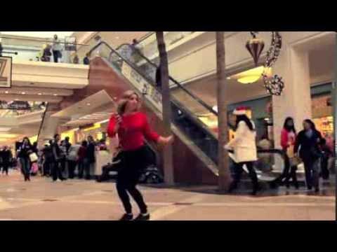 Прикольный танец девушки в супермаркете