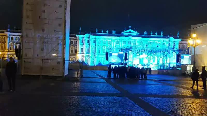готовят Дворцовую площадь к Дню города