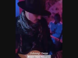 В ночь на 26-е, Джонни вышел на сцену французского ресторана Aux Trois Mailletz с группой Crazy Horse (Кабаре).