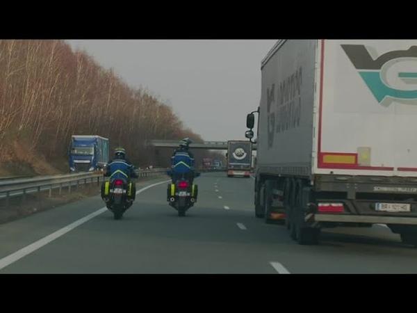 Vu des régions Quand des chauffeurs routiers conduisent en regardant un film