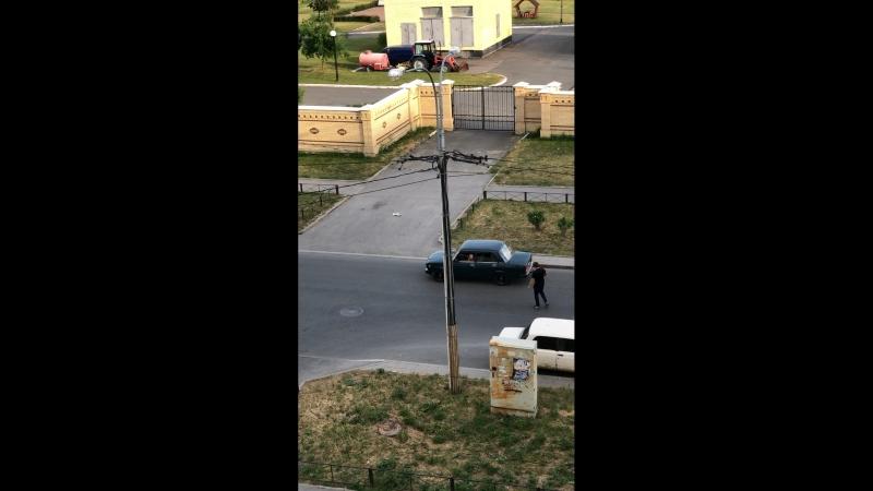 Взломали машину и вырвали аккумулятор средь бела дня