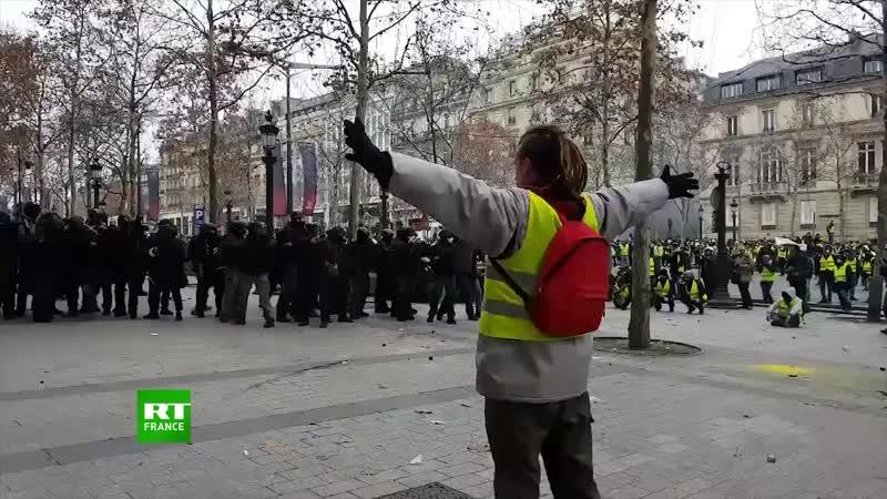 Gilets jaunes _ un manifestant avec les bras levés face aux CRS touché par un .mp4