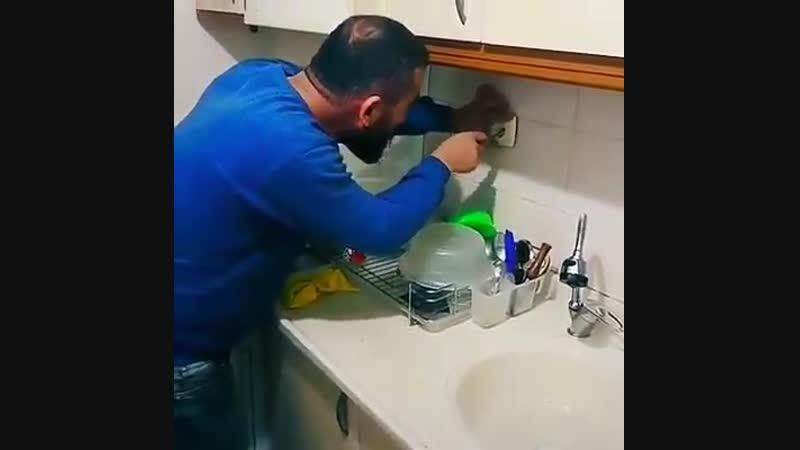 Мужик чинит розетку
