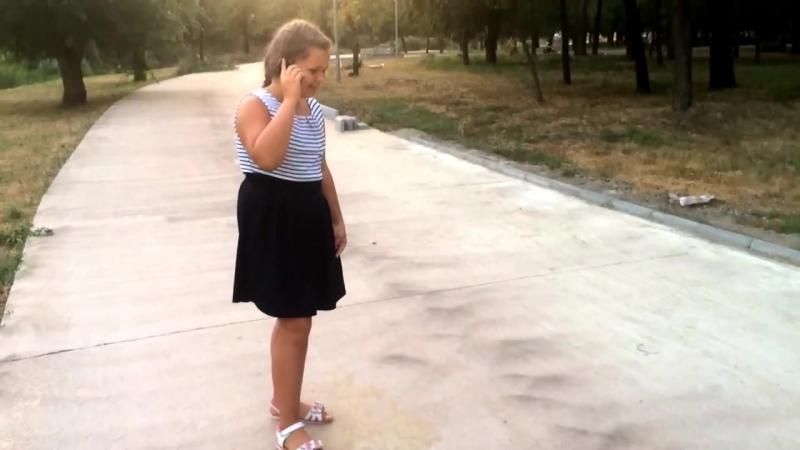 Капризная девочка разбивает iPhone (айфон).mp4