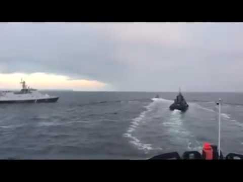 УкраинаРоссияКрым Сторожевой катер ФСБ РФ, совершает навал на украинский буксир.
