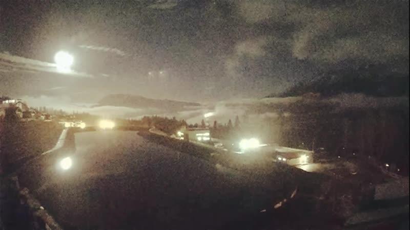 Ночью горы спокойны, а море волнуется. 🕓