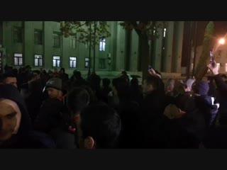 А люди не собираются расходиться. Они ждут Главу Северной Осетии - Вячеслава Битарова. Протестующие собрались у здания правитель