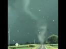 Торнадо переходит дорогу у города Маршалтаун Айова США 19 Июля 2018