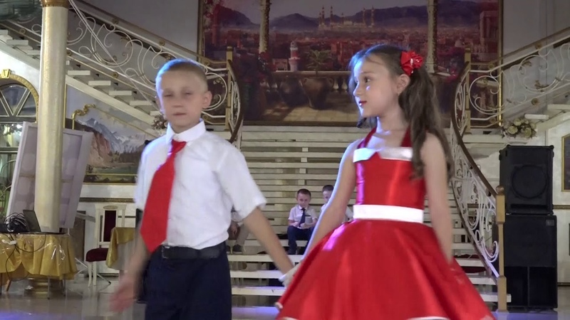 Детки здорово станцевали на свадьбе. Подарок молодоженам.