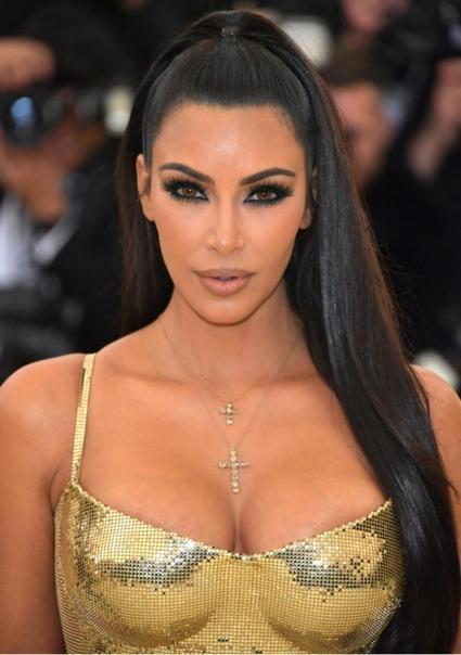 Ким Кардашьян украсила зубы бриллиантами После ограбления в Париже Ким Кардашьян зареклась хвастаться дорогими украшениями перед поклонниками. Выдержки у звезды реалити-шоу хватило, впрочем,