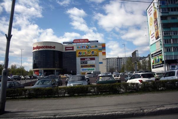 Стандартный провинциальный ТРК. Видимо, это самый крутой в городе, смотрите количество машин.