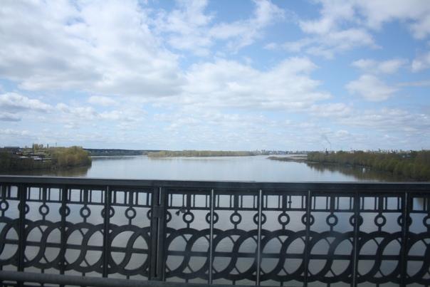 Мост через самое узкое место Оби, опоры на укреплённых островках. У Оби огромная пойма — затопляемая весенним паводком часть.