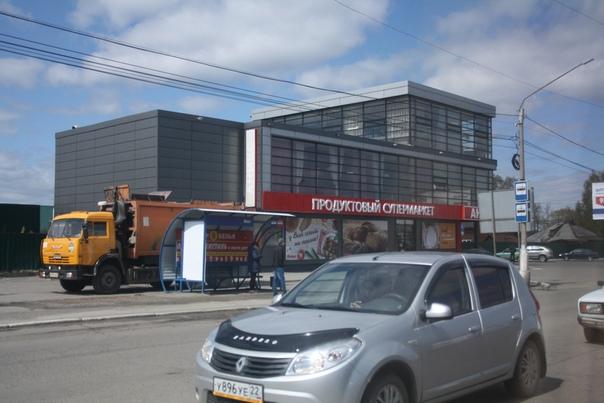 Казалось бы, архитектор постарался, вот ребята со шторами и столиками раскусили как это использовать, но пришёл продуктовый супермаркет и нарушает закон (я надеюсь, локальные законы края не изучал, но в Москве, Челябинске, Нижнем — точно).