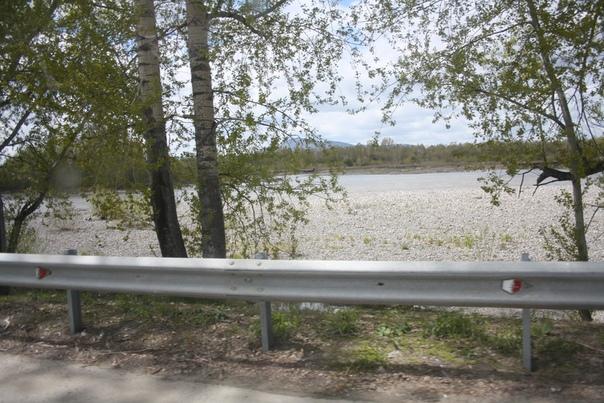 Подъехали к границе Алтайского края и республики Алтай, а тут река Катунь бежит встречаться с Бией и образоваться в Обь.
