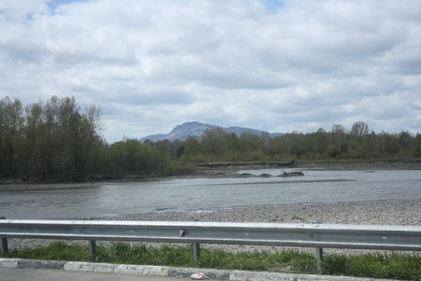 Первая гора появилась на горизонте. Мы считая, что гор будет мало ринулись её фотографировать.