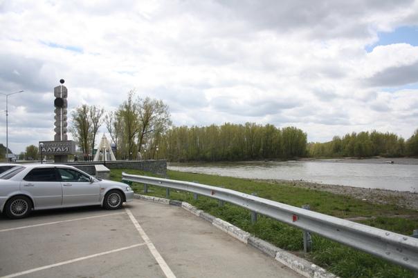 Парковка чтобы посмотреть на реку и пару монументов связанных с добровольным присоединением к России