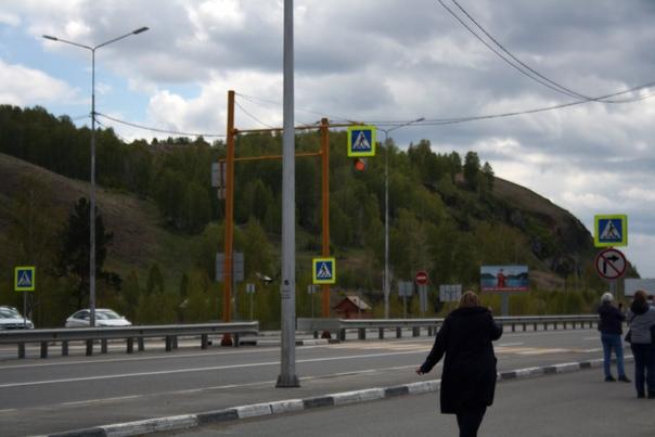Светофорные столбы Алтайского края не серые, а оранжевые.