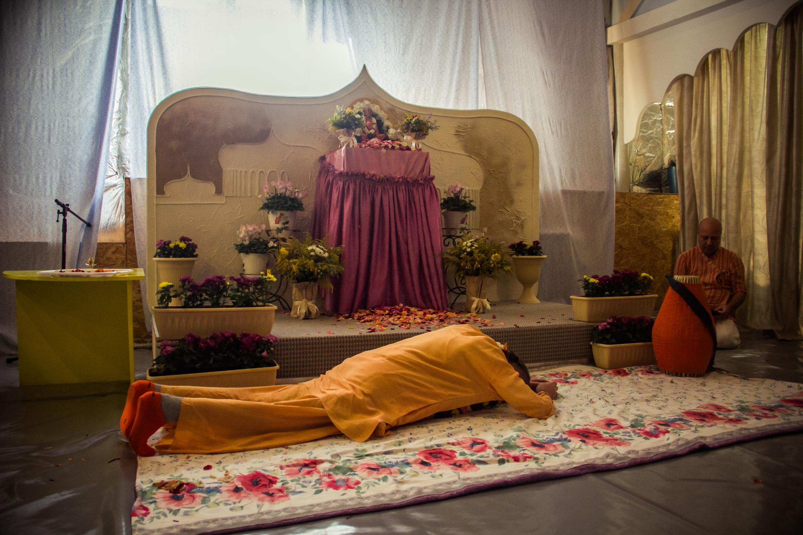 ВОПРОС: Что значит осознать личность Шрилы Прабхупады, значит ли это, что постепенно мы познаем личность Прабхупады, выполняя наставления своего гуру и удовлетворяя его?