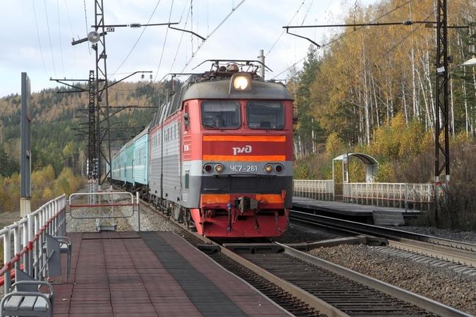 ЧС7 261 обдаёт фотографа водой на о.п. 1988 км Южно-Уральской железной дороги.