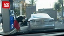 Блондинка пытается заправить бензином Теслу