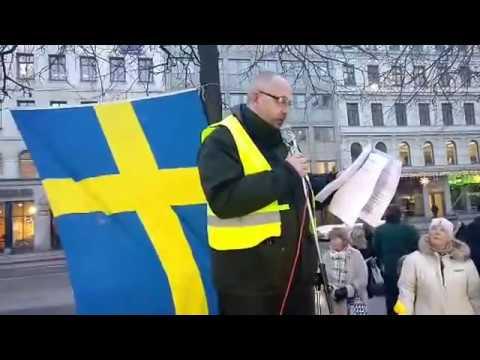 2/2 Många hundra missnöjda medborgare på Norrmalmstorg!