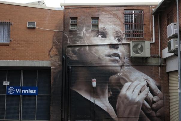 Гигантские портреты уличного художника Гвидо Ван Хелтена Гвидо ван Хелтен – современный уличный художник, который создаёт живописные муралы на стенах зданий европейских городов. Трудно сегодня