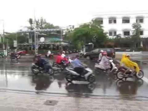 177 Вьетнам Нячанг прогулки по городу ливень дождевики Vietnam Nha Trang city walk shower raincoat