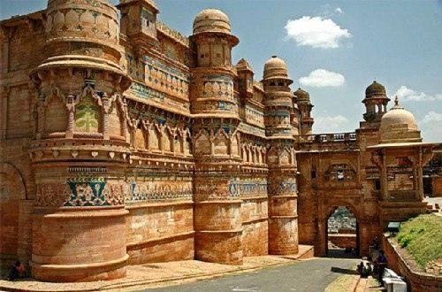 ФОРТ ГВАЛИОР История города Гвалиор, расположенного в индийском штате Мадхья-Прадеш, берет свое начало в VIII столетии. По преданию, его основал здешний правитель Сурай Сен, которого излечил от