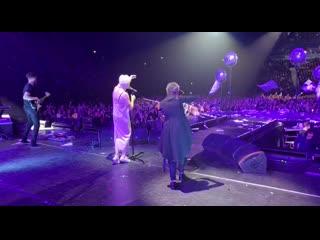 Кошка московская - Светлана Сурганова и Диана Арбенина на концерте в Ледовом