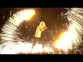 Джон Уоррен в Таиланде поучаствовал в огненном шоу