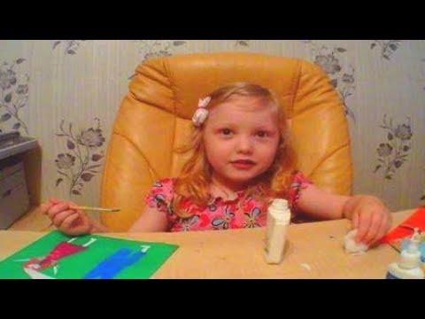 Детская песенка про зайчика. Маленькая девочка поет песню.