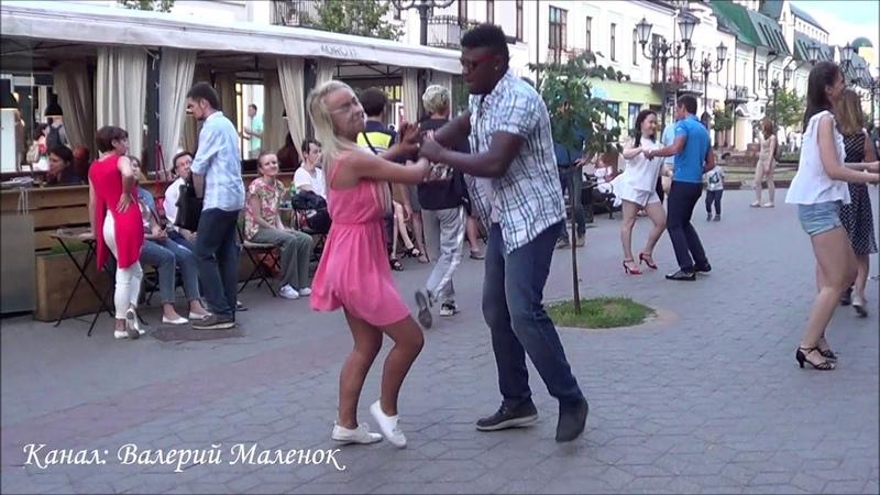 ДЕВУШКА В РОЗОВОМ ТАНЦУЕТ НА УЛИЦЕ! Summer! Street! Dance!