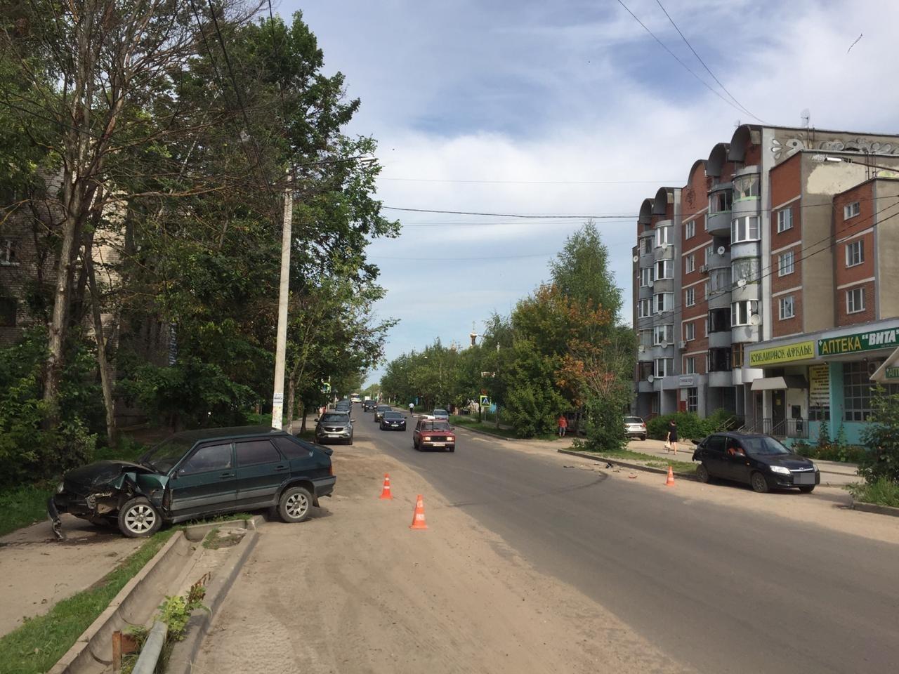 На улице Урицкого в Кимрах нетрезвый водитель ВАЗа въехал в Ладу