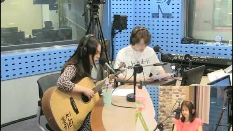 180711 Хо Ёнджи и актёр Kang Sung Wook на SBS Power FM Park Sohyuns Love Game.(Небольшая сценка на уроке игры на гитаре)