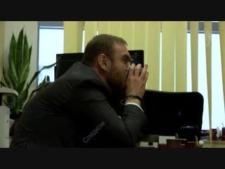 Сенатор Арашуков общается со своим адвокатом (и улыбается)