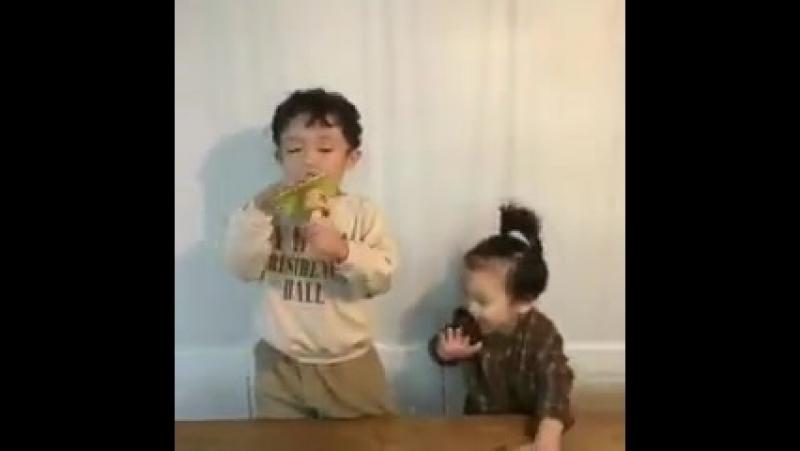 Aww SongJoongKi's nephews wishing him happy birthday. This is so cute. They are adorable. ️
