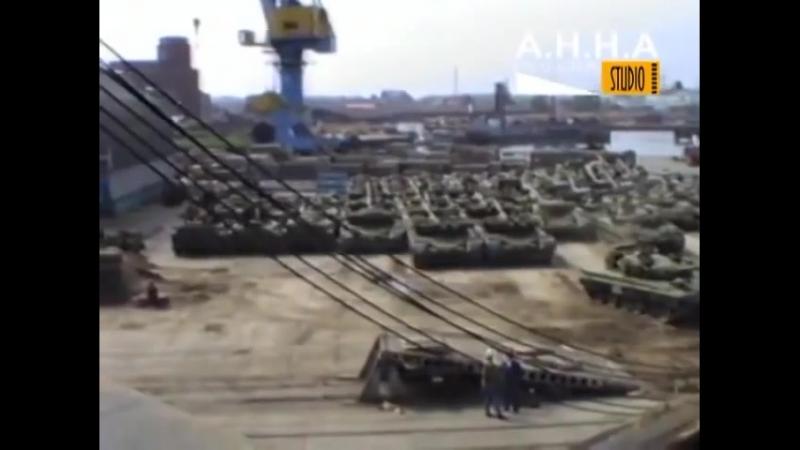 Погрузка танков Т 80Б Т 80БВ и БМП 1 на корабль Висмар 25 06 1991