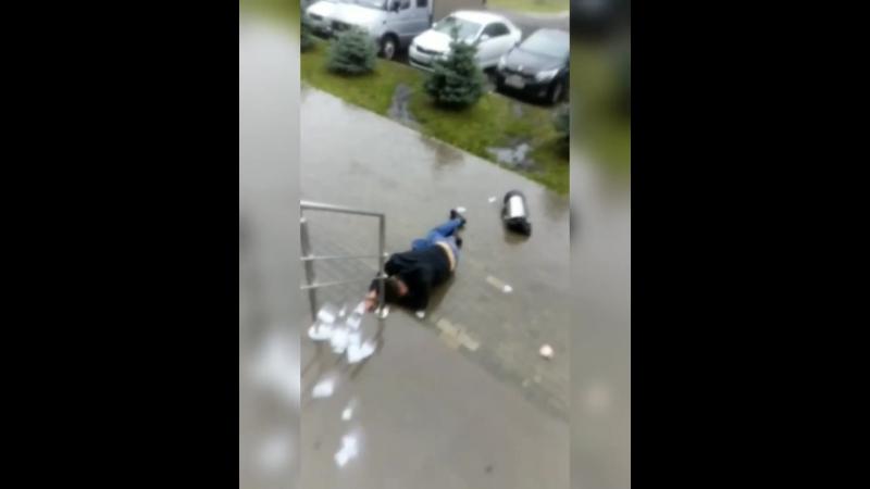 Мужчина мусоркой разбил двери сбербанка в 40-м комплексе