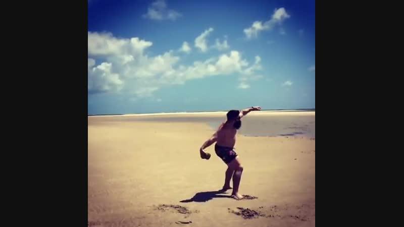 Робинзон Крузо на необитаемом острове метал кокосы. Дисков не было, но он не сдавался!