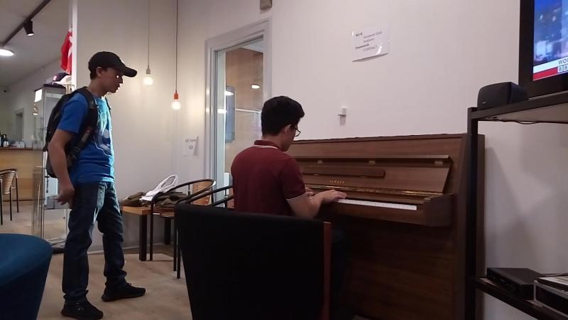 Местный филипинец исполнил для нас знаменитый саундтрек к фильму Титаник😀👍🌊🙏 Красавчик)