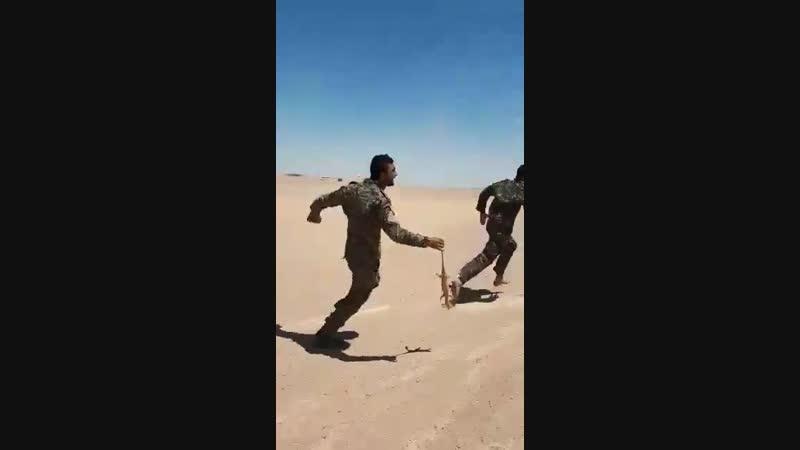 Развлечения курдских боевиков СДС в пустынной местности Дэйр-Эз-Зор.