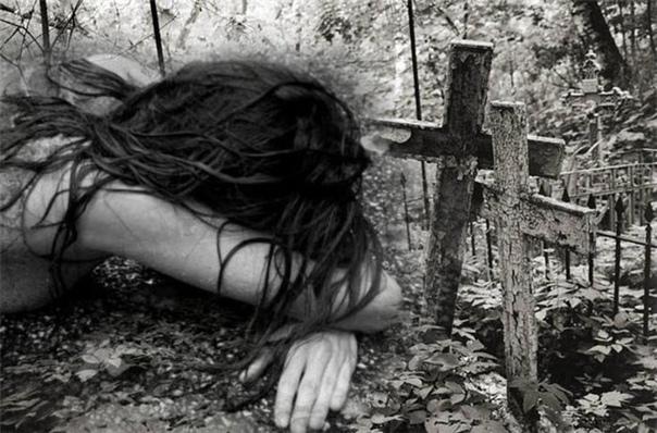 Ведьма Она сидела прямо на сырой земле. Слёзы неслышно сбегали торопливыми каплями по измазанным тушью щекам. Уйти не было сил. Временами злость горячей волной поднималась в груди, требуя, ища