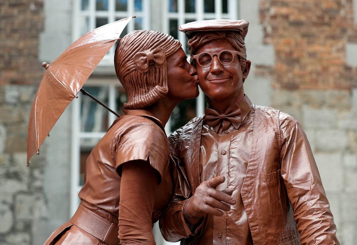 Ну очень сладкий поцелуй: На фестивале живых шоколадных скульптур в Бельгии