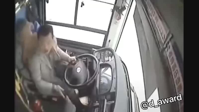 истеричная китаянка угробила не только себя, но всех в автобусе