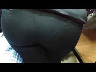 Круглая сочная жопа продавщицы в тугих лосинах (candid juicy ass milfs in lycra pants)