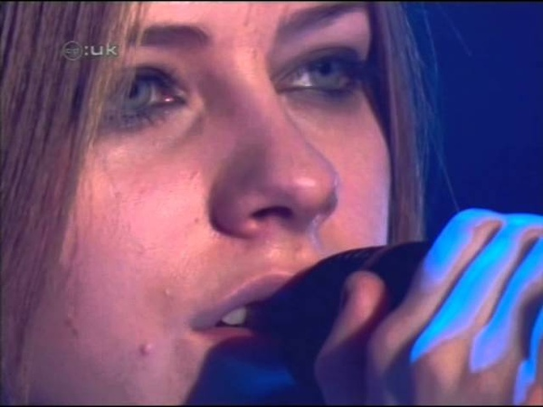 Avril Lavigne - I'm With You (Live @ CD UK 08.02.2003)