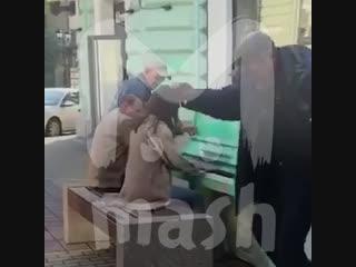 Бездомные устроили танцы под фортепиано в Ростове