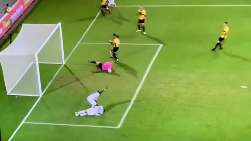 В Израиле игрок помогал травмированному, но вдруг увидел мяч, забил и вернулся