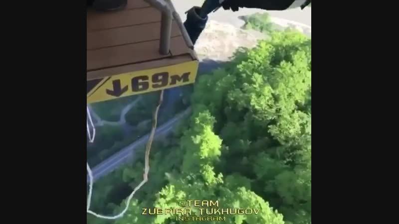 Khabib Nurmagomedov saute à l'élastique