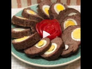 Мясной рулет с яйцом (ингредиенты указаны под видео)